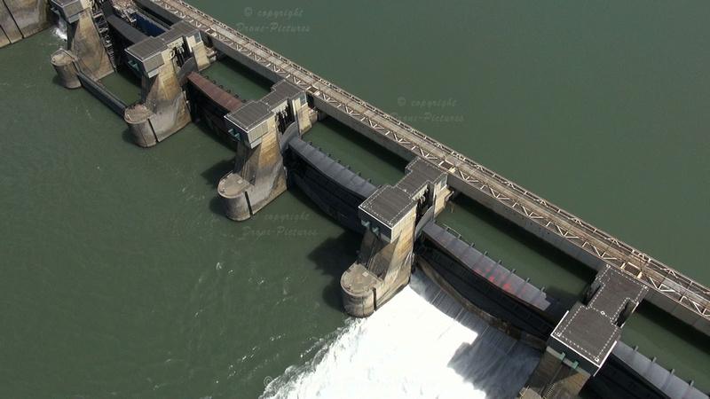 Vue aérienne du barrage de Rochemaure sur le Rhone