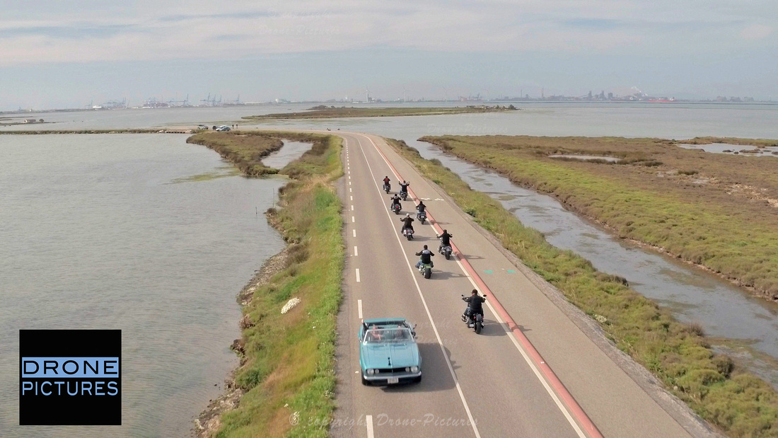 Huit Harley-Davidson croisent une Ford Camaro 196  - Tournage pour Hyraw en Camargue © Drone-Pictures