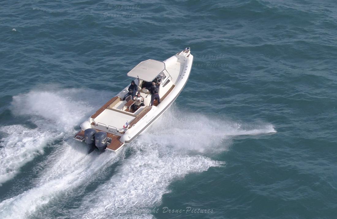 Bateau semi-rigide lors du  suivi du pétrolier Maersk Pelican, Marseille © Drone-Pictures