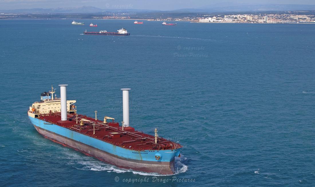 Vue aérienne du pétrolier Maersk Pelican équipé des Rotor Sails de NorsePower, Port de sur-Mer  © Drone-Pictures
