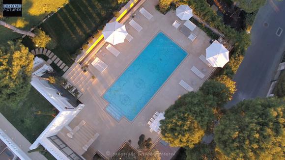 Vue aérienne d'une piscine dans une Villa de Luxe à Saint-Jean-Cap-Ferrat, French-Riviera, France, prise de vue par drone © Drone-Pictures Marseille