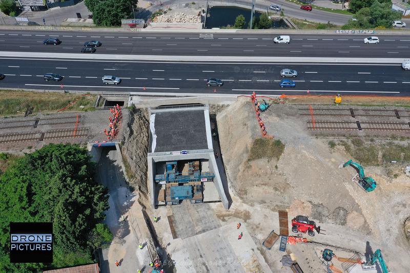 Photo aérienne par drone à Plan de Campagne pour la SNCF lors du positionnement d'un pont-rail sur le Chemin des Rigons © Drone-Pictures.fr_0665