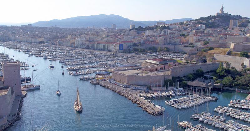 Vue aérienne du Don du Vent, un voilier entrant au Vieux-Port de Marseille pour The Explorers © Drone-Pictures