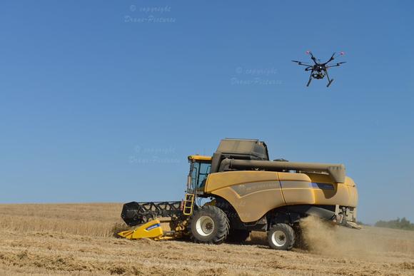 Drone filmant une moissonneuse dans un champ de blé, Plateau de Valensole, Provence, France