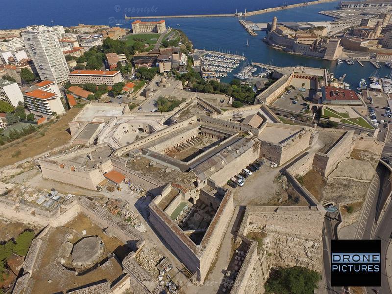 Fort Entrecasteaux et Vieux-Port à Marseille, vue aérienne par drone