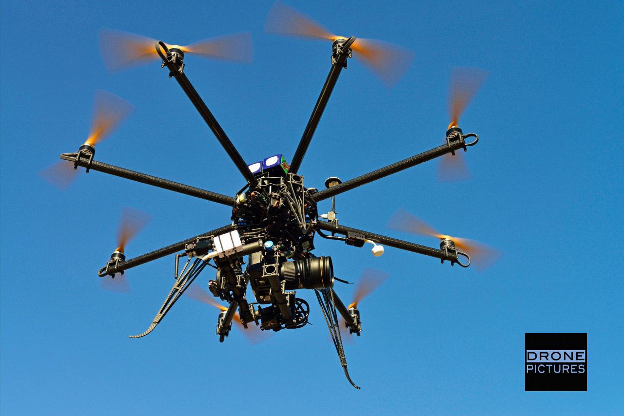 Drone octocoptère en vol